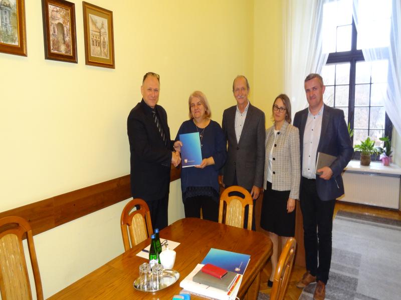 Zdjęcie przedstawiające podpisanie umowy.