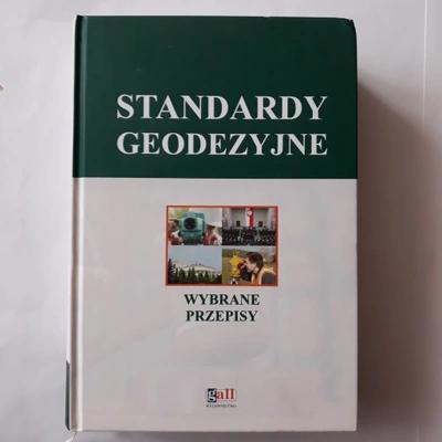 """Okłądka książki """"Standardy geodezyjne - wybrane przepisy"""""""